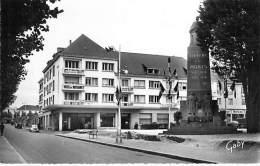 56 - LORIENT : L'HOTEL De BRETAGNE Et Le MONUMENT AUX MORTS - CPSM Dentelée Noir Et Blanc Format CPA - Morbihan - Lorient