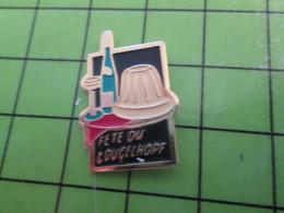 410F Pin's Pins / Rare Et Beau THEME ALIMENTATION / ALSACE VIN BLANC LA FETE DU COUGELHOPF - Alimentation