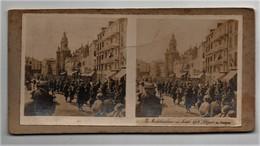 Ancienne CARTE Vue Stéréoscopique Guerre 1914-18 La Mobilisation En Août 1914 Départ Des Troupes Ville à Situer - Stereoscopic