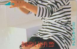 Télécarte Japon / 110-33807 - FEMME Pub VHS - GIRL WOMAN Japan Phonecard - Frau Telefonkarte - 3675 - Publicité