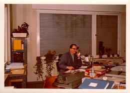 Photo Couleur B.B. Originale -  Ambiance Bureau 1960, Boss Dans Blouse Grise Au Téléphone, Machine à écrire Et Dossiers - Personnes Identifiées
