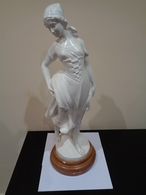Gran Escultura De Una Mujer Segadora Con La Hoz Y Un Manojo De Trigo. España. 64 Cm De Altura. - Sculptures