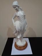 Gran Escultura De Una Mujer Segadora Con La Hoz Y Un Manojo De Trigo. España. 64 Cm De Altura. - Esculturas