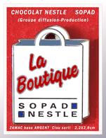 """SUPER PIN'S CHOCOLAT NESTLE : Groupe SOPAD """"La Boutique"""" Producteur, Distibuteur En ZAMAC Base ARGENT, 2,2X2,8cm - Food"""