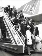 PHOTO DE PRESSE UTA ORIGINALE 18CM/24CM ARRIVEE AVION EQUIPE DE FRANCE RUGBY 1972 PRESIDENT FERASSE ET WALTER SPANGHERO - Aviation