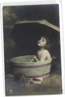 1 Postcard Children And Family Child On Bathtub Pcchild431 - Groupes D'enfants & Familles