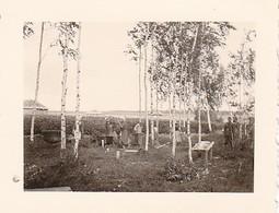 Foto Deutscher Soldat Und Einheimische Frauen Beim Kochen Von Birken (?) - Ostfront - 2. WK - 5,5*4cm (35941) - Guerre, Militaire