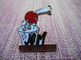 A008 -- Pin's JCM Jeunes Charnay Macon -- Exclusif Sur Delcampe - Badges