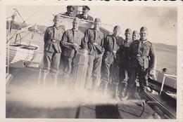 Foto Deutsche Soldaten Auf Einem Boot - 2. WK - 8*5,5cm (35946) - Krieg, Militär