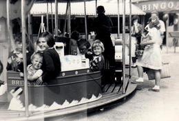Photo Originale Fête Foraine & Carrousel - Enfants Peter, Richard, Jenny, Anona & Teresa Dans Le Bateau Britania 1950/60 - Lieux