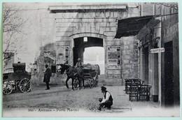 Belle CPA 06 Antibes La Porte De La Marine Animée Charrette Personnages Bar Restaurant Coiffeur - Antibes - Vieille Ville