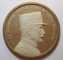 MEDAILLE - BISCUIT - LIMOGES - THARAUD - LE MARECHAL PETAIN CHEF DE L'ETAT FRANCAIS - SCULPTEUR : L.M. BOTINELLY - 1940 - Limoges (FRA)