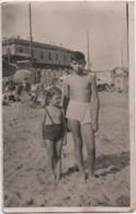 Fotografia Cm. 9 X 14 Con Bambini Sulla Spiaggia. Retro A Penna Albissola (Savona) 1957 - Places