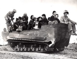 WWII Japon US Marine Corps Refugies D'Okinawa Vehicule Amphibie Ancienne Photo 1944 - War, Military