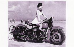 Une Jeune Femme Vetue Légèrement Sur Une Moto Harley Davidson Sur La Plage    -  15x10 PHOTO - Motos