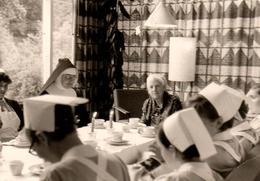 Photo Originale A L'Heure Du Thé Chez Les Bonnes Soeurs Avec La Mère Supérieur En 1967 - Professions
