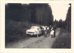 Photo Famille & Voiture ( Simca Aronde ) Sur Chemin - Automobiles