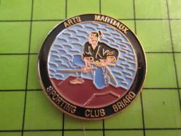 1012C Pin's Pins / Rare Et De Belle Qualité / THEME SPORTS / ARTS MARTIAUX SPORTING CLUB BRIARD - Judo