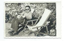 Ancienne PHOTO 13,5 X 8,5 Cm, HOMME Avec Journal Dans Une CHAISE LONGUE - Persone Anonimi