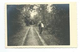 Ancienne PHOTO 13,5 X 8,5 Cm, FEMME Dans Un Sous Bois, SAC Sur Le Dos - Persone Anonimi