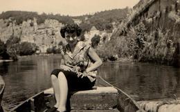 Photo Originale  Pin-Up Sur Une Barque En Juillet 1953 - Barque Et Fleuve - Seine & Les Andelys ? - Pin-Ups