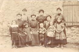 FEMMES ET ENFANTS -FEMMES EN ROBES LONGUES, BEAUX CHIGNONS   CARTE PHOTO  C. VIDAL? TOULON    SEPIA - Personnes Anonymes
