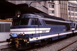 Photo Diapo Diapositive Slide Train Wagon Locomotive Diesel SNCF BB 67252 à Paris Gare Du Nord Le 24/08/93 VOIR ZOOM - Diapositives