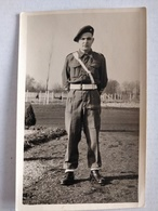 Carte Photo Militaire Dans Les Champs. 1950 - Uniformi