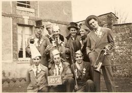 MILITARIA PHOTO ORIGINALE 14 NOVEMBRE 1955 CONSCRITS ANNÉE 1956 - CLAIRON COCARDE DÉGUISEMENT CHAPEAU - ZOOM - Guerre, Militaire