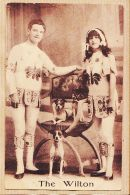Nw3570 THE WILTON Et Leurs Chiens Acrobates Equilibristes Artistes Spectacle Cirque 1910s THIRIAT - Entertainers