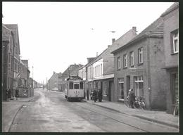 Fotografie Fotograf Unbekannt, Ansicht Kleve, Strassenbahn Triebwagen Nr. 19 Mit Coca-Cola Reklame Am Fischladen Janss - Lugares