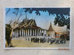 Cambodge. Phnom Penh, Bonzes Devant La Pagode D'argentl (A4p19) - Cambodge