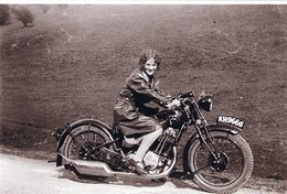 Une Femme Avec Une Gabardine En Cuir Sur Une Ancienne Moto BSA 500 'Sloper' De 1928  - 15x10 PHOTO - Motorbikes