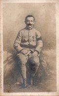 86Vn  Carte Photo Militaire Soldat Du 8 Eme Regiment Médaille Fourragére Brassard - Uniformen