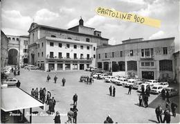 Abruzzo-pescara-penne Piazza Luca Da Penne Veduta Persone Negozi Banca Divese Auto Epoca Maggiolino Giuletta Giardinetta - Italia