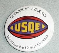 Vintage Ancien Badge En Tôle émaillée, Chocolat POULAIN, USQE Union Sportive Quillan Esperaza Rugby - Cioccolato