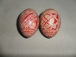 2 ANCIENS OEUFS BOIS PEINT - Eieren