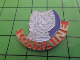 1615c Pin's Pins / Beau Et Rare : THEME AUTRES / FEMME A COIFFE BRODEE LORRAINE Sans Sophia - Autres