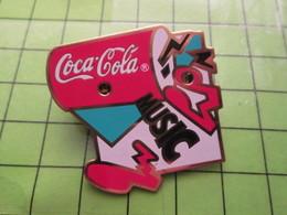 2117 Pin's Pins / Beau Et Rare : THEME COCA-COLA / PIN'S MUSICAL Mais Pile à Changer .... 26 Ans Après - Coca-Cola