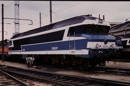 Photo Diapo Diapositive Slide Train Wagon Locomotive Diesel SNCF 72078 à La Villette Le 08/10/93 VOIR ZOOM - Diapositives (slides)