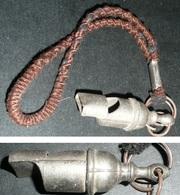 Rare Ancien Sifflet En Métal Avec Dragonne, Sport Militaria Scoutisme Train Scout - Sports