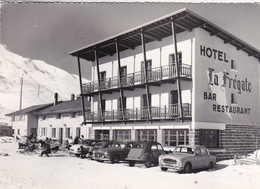 """73. LA TOUSSUIRE. VOITURES EN STATIONNEMENT DEVANT L'HOTEL """" LA FREGATE """". ANNÉE 1965 - Turismo"""