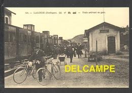 DF / CHEMINS DE FER / GARE DE LALINDE ( DORDOGNE ) TRAIN À L' ARRÊT / ANIMÉE - Stations With Trains