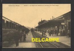 DF / CHEMINS DE FER / GARE DE GIVET ( ARDENNES ) / VUE INTERIEURE DE LA GARE À L' ARRIVÉE D' UN TRAIN BELGE / ANIMÉE - Stations With Trains