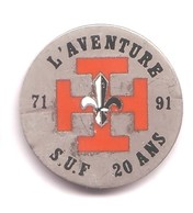 AB294 Pin's Scoutisme Scout De France Lys  L'aventure  S U F 71 / 91 20 Ans Achat Immediat - Administrations