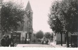 69 // COURS  Rue Georges Clemenceau , Place Du Centre, CPSM PETIT FORMAT - Cours-la-Ville