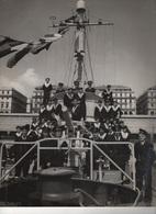 00137 Photo Grand Format 245 Mm X 295 Mm Escorteur CIMETERRE 1949 Avec L'officier ABALAIN Au 1er Plan (plis Bas Droit ) - Boats