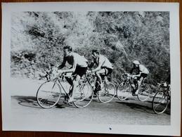 PHOTO EN NOIR ET BLANC CYCLISME - LOUISON BOBET ET RAPHAEL GEMIGNANI EN COURSE - Cycling