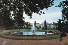 Creutzwald Jet D'eau Du Parc Avec à L'arrière Le Lycée Classique Et Moderne - Creutzwald