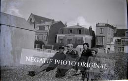 Cayeux Sur Mer Groupe Homme Femme Villa Maison Senet Plage Cabine NEGATIF PHOTO Original Cliché Amateur Inédit - Cayeux Sur Mer